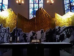 Interferenzen Kunstprojekt von Katrin Ströbel verhüllter Altar – schimmerndes Gold